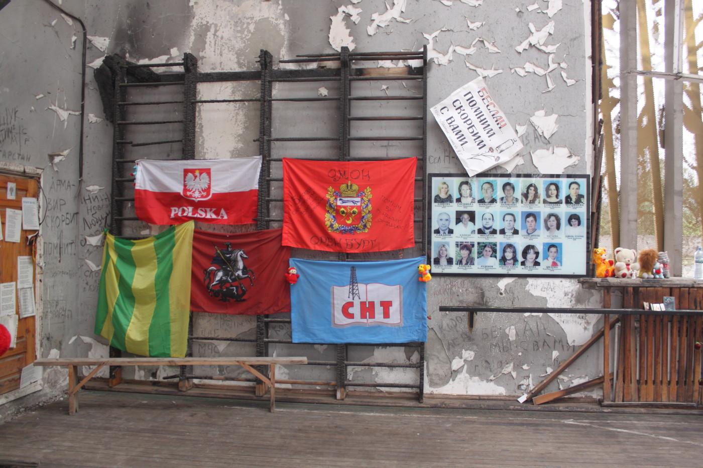 W sali gimnastycznej szkoły w Biesłanie, w której zginęło najwięcej zakładników wszystko pozostało jak tuż po szturmie