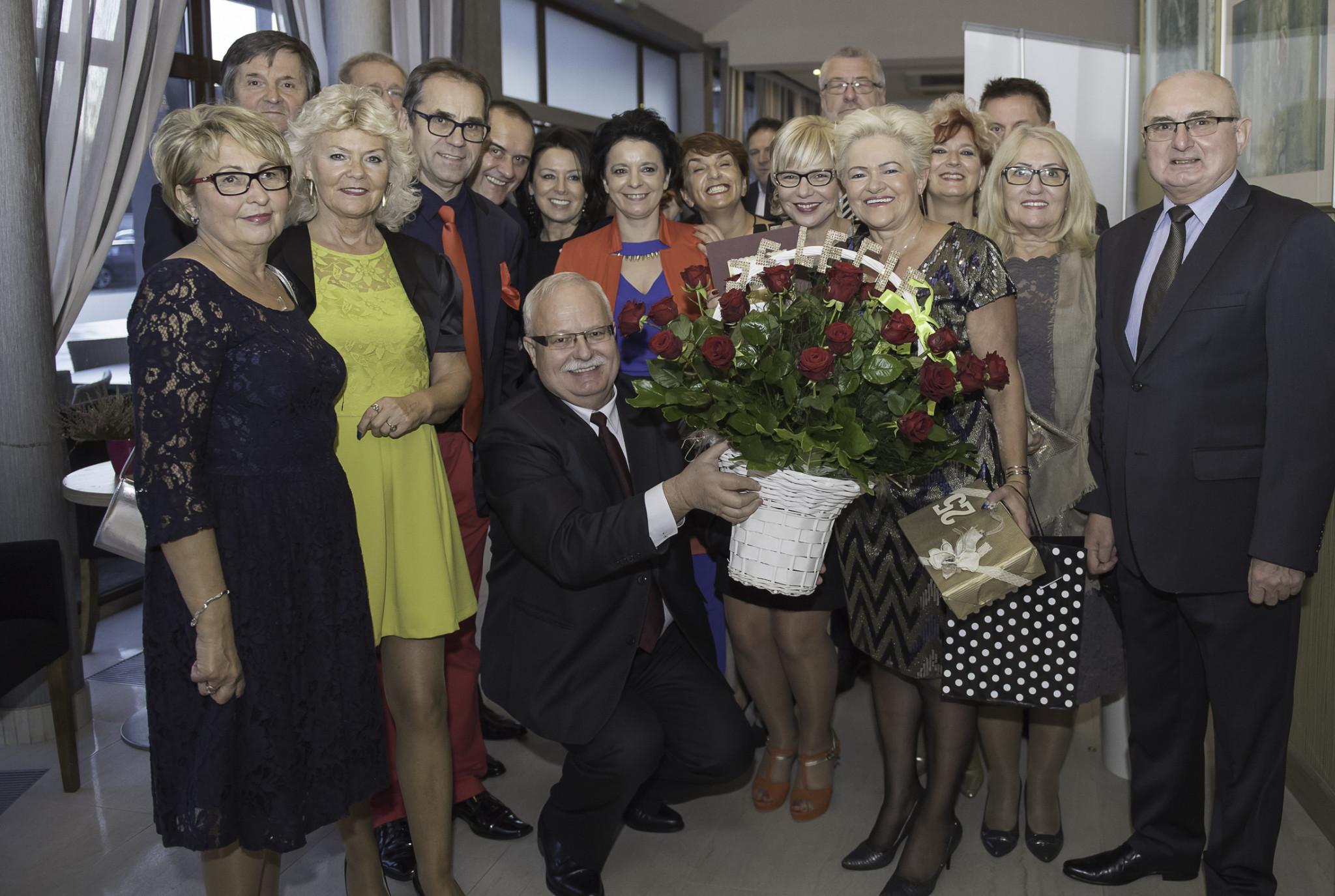 Halina Kozak w otoczeniu grupy klientów - gości Jubileuszu