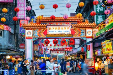 28848147-Entrance-of-Raohe-Street-Night-Market-in-Taipei-Stock-Photo-taiwan