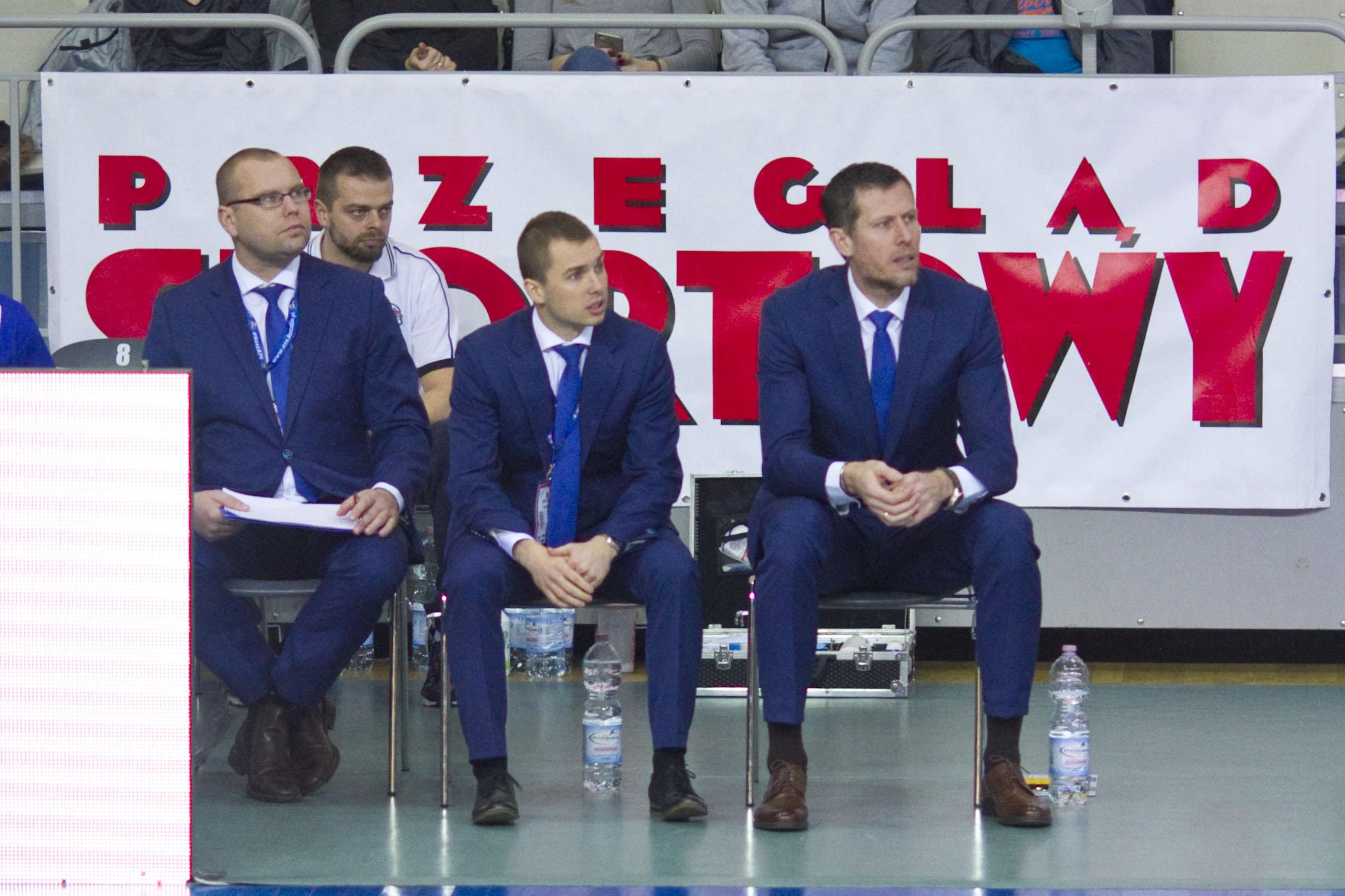 Sztab szkoleniowy. Od prawej: Tomasz Ignatowicz (pierwszy trener), Kamil Sadowski (trener asystent), Jacek Imiołek (kierownik drużyny). Z tyłu: Lucjan Kasprzak (fizykoterapeuta)