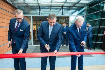 Moment oficjalnego ponownego otwarcia Emki z udziałem Piotra Jedlińskiego prezydenta Koszalina