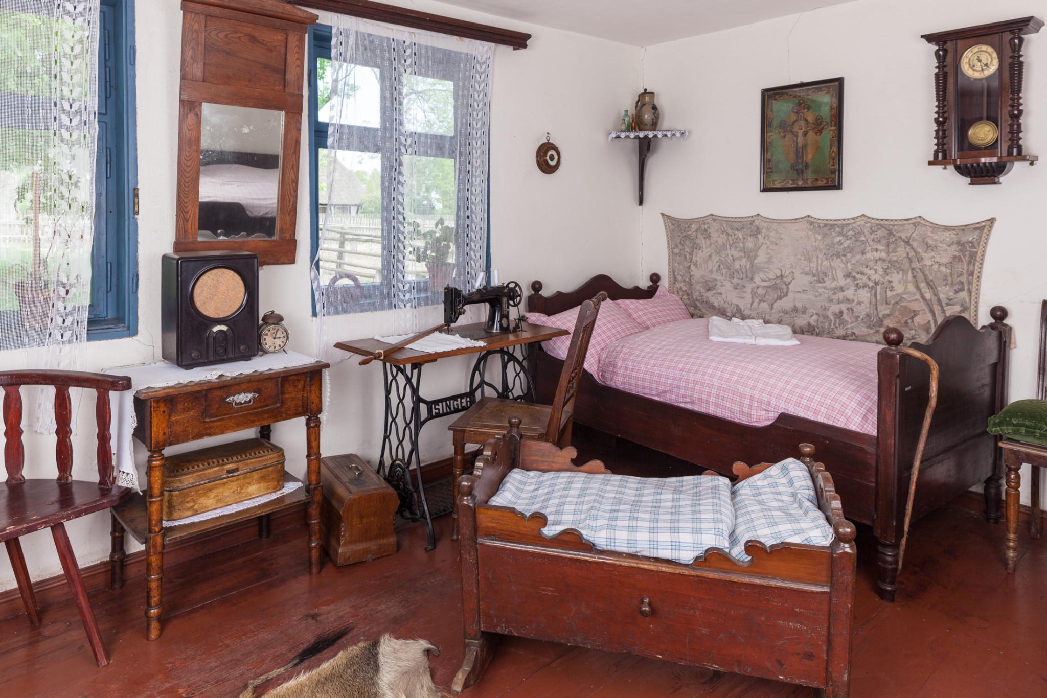 Główna izba chałupy Alberta Klücka z Kluk Żeleskich, lata 20-30.