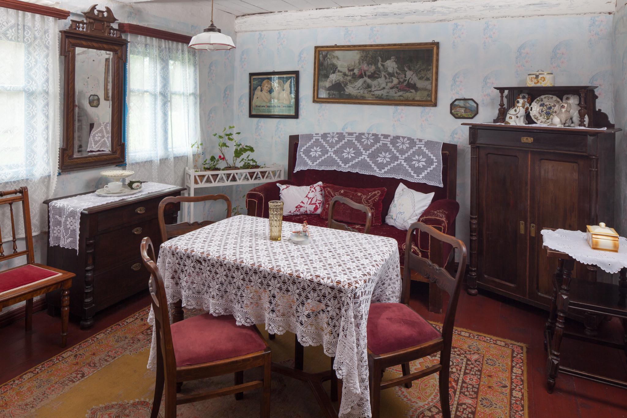 Salonik w chałupie Keitschicków z Kluk Żeleskich, lata 40.