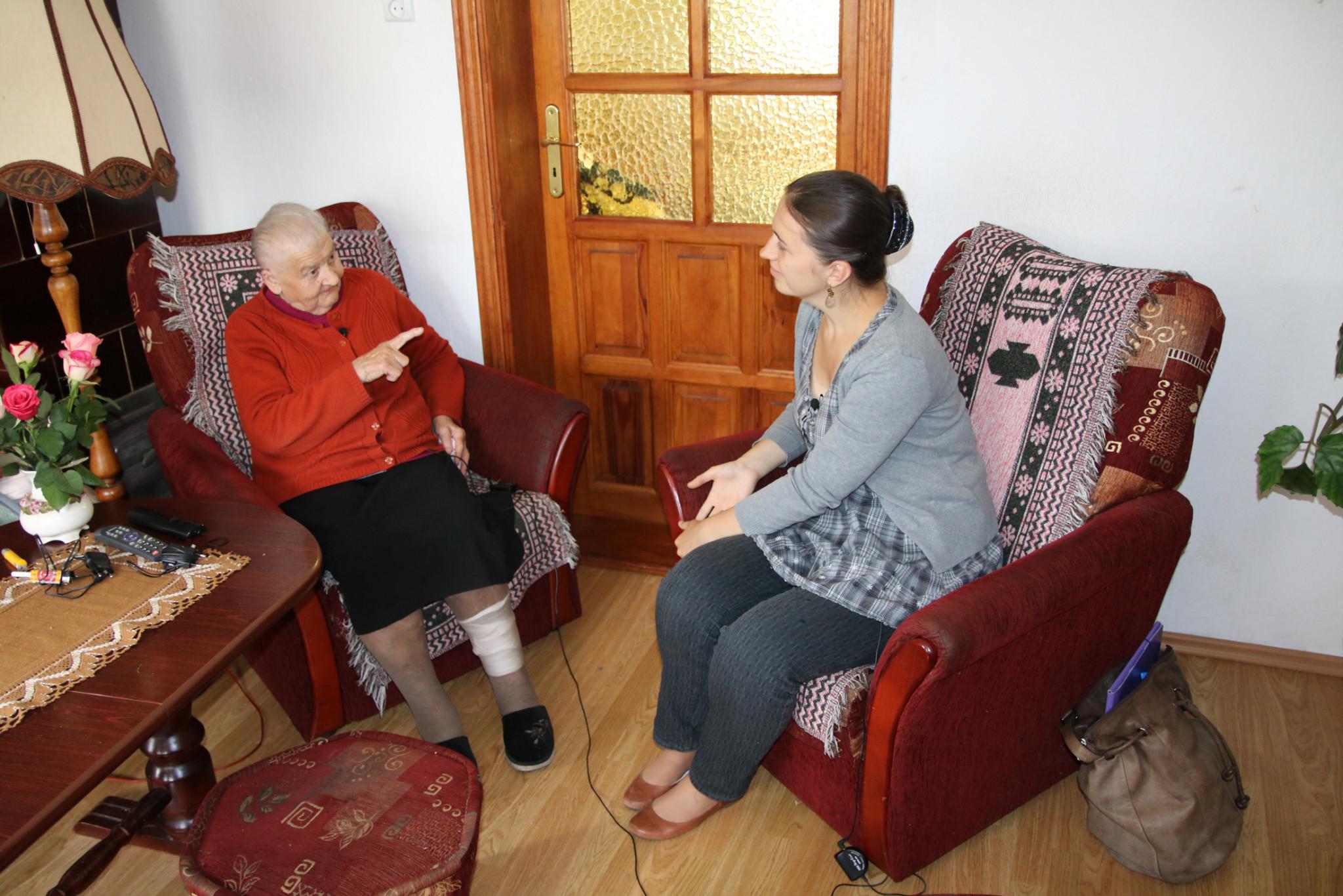Joanna Jagoda przeprowadza wywiad z Charlotte Skuriat z d. Judaschke z Gardny Wielkiej, urodzoną w 1927 r.