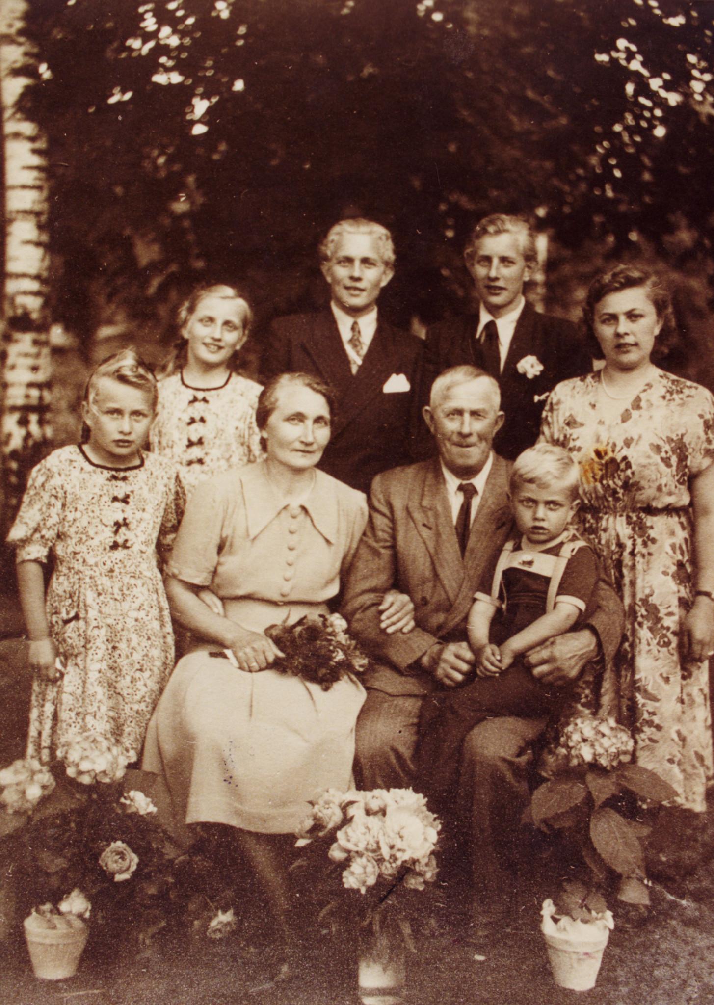 Rodzina Barnow. Na kolanach dziadka wnuk Heinz. Kluki, 1952.