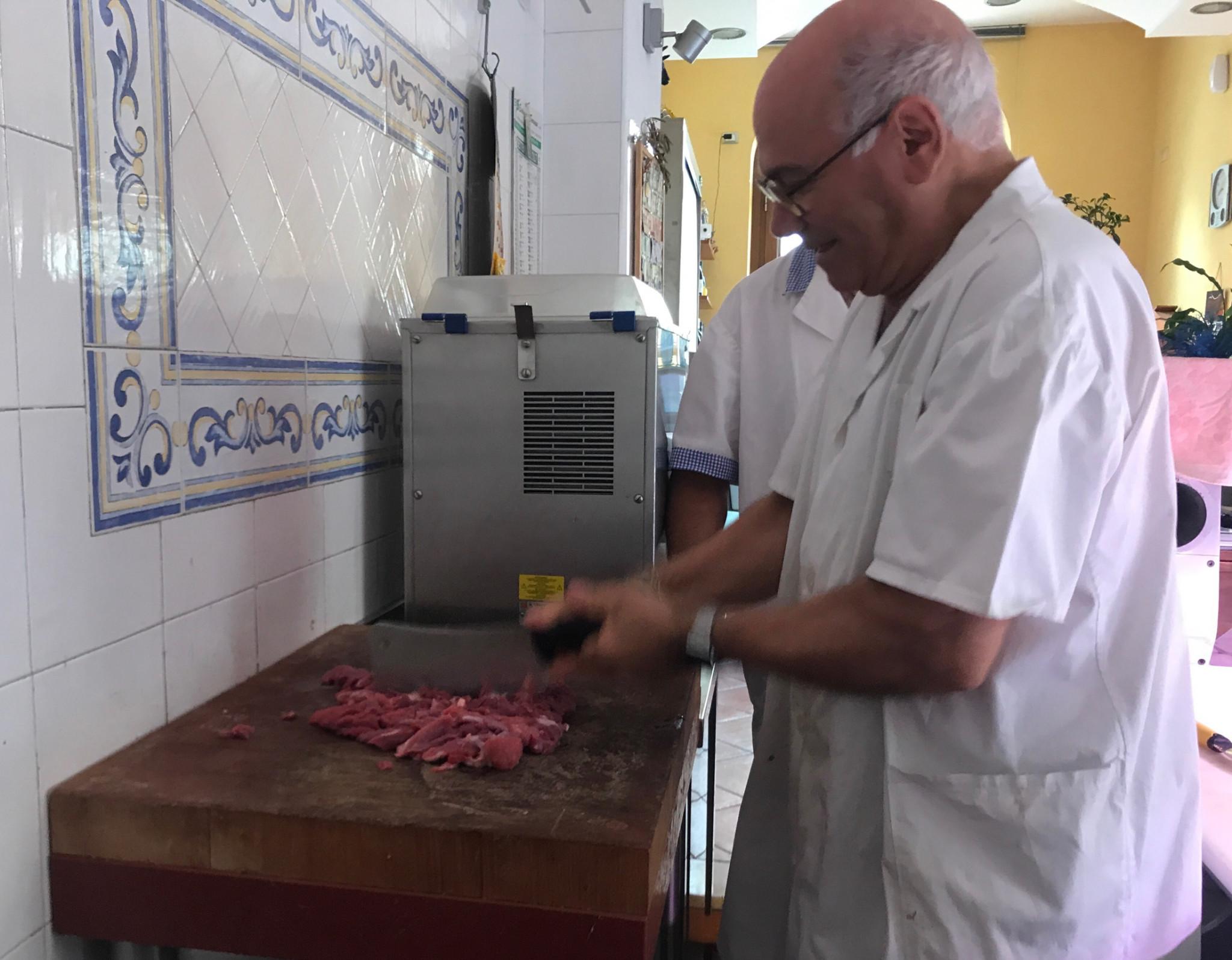 Sklep mięsny. Sebastiano Russo sieka nam wołowinę tasakiem