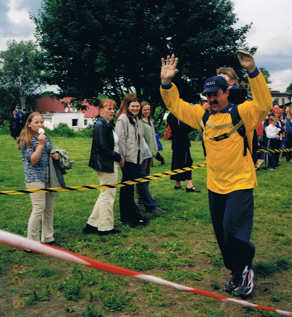 Bieg na 8 km w Kwakowie. Z Marysią w plecaku Romuald biegał przez lata 2004, 2005 i 2006.