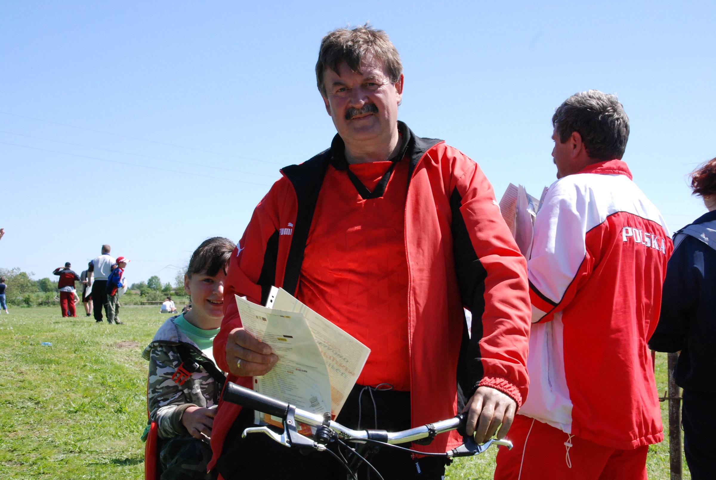 Gdy dziewczynka przybrała, wziął ją na rower. Zdjęcie z roku 2007.