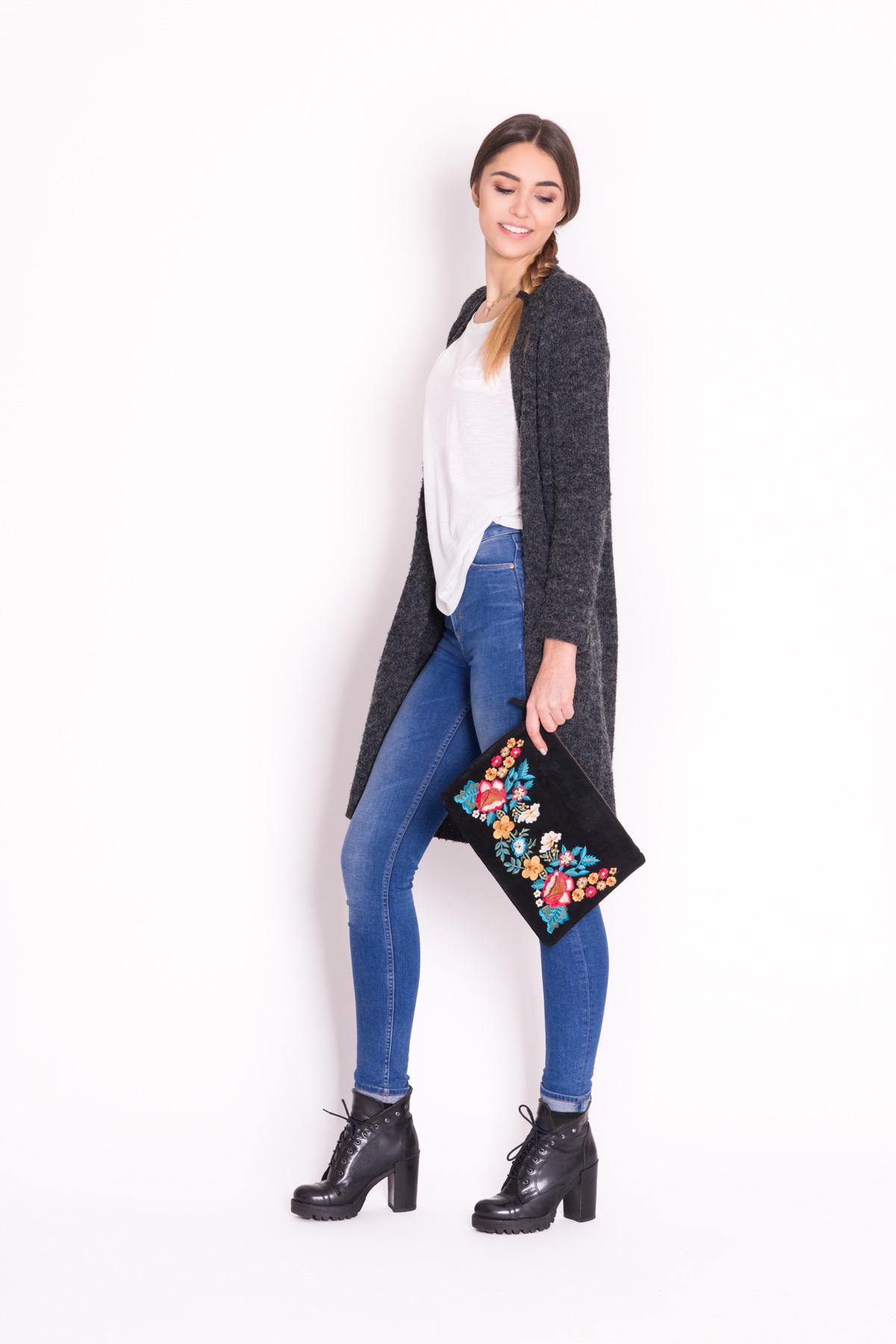 """1. Szary kardigan kocha jeans. Klasyczne połączenie przełamane ciężkimi """"rockowymi"""" butami oraz kopertówką z haftowanym motywem kwiatowym."""
