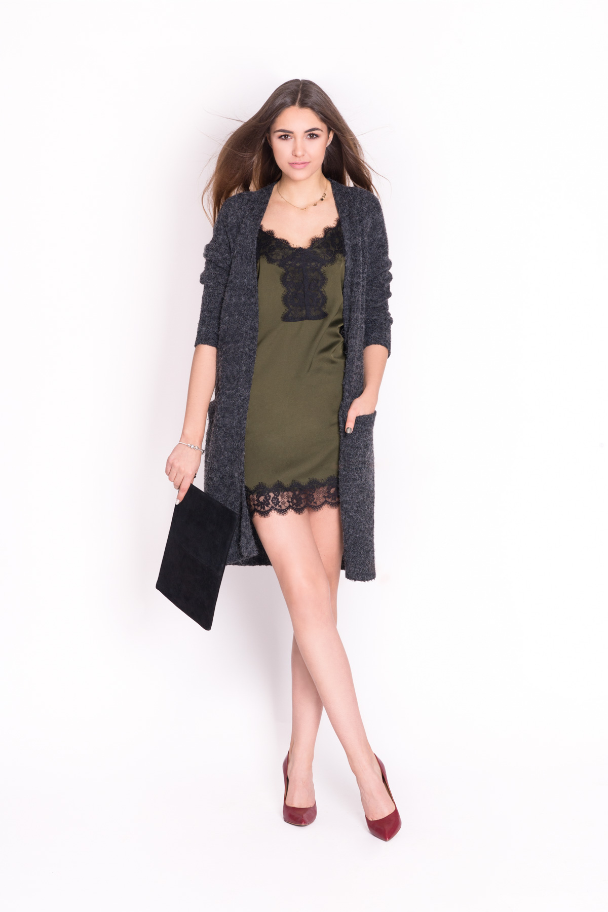 3. Stylizacja idealna na wieczorne wyjście. Sensualna sukienka w bieliźnianym stylu przełamana siwym kardiganem to stylowa propozycja na romantyczne wieczory.