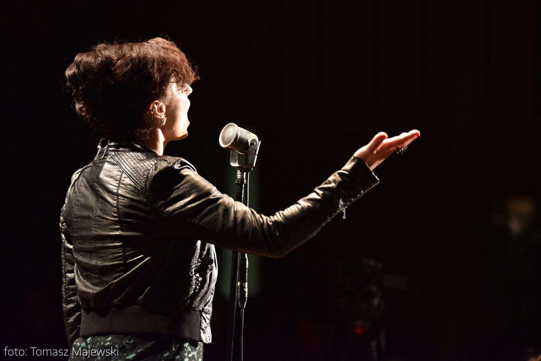 Wyjątkowy mikrofon - przy takim stała często Edith Piaf, co pokazują archiwalne fotografie