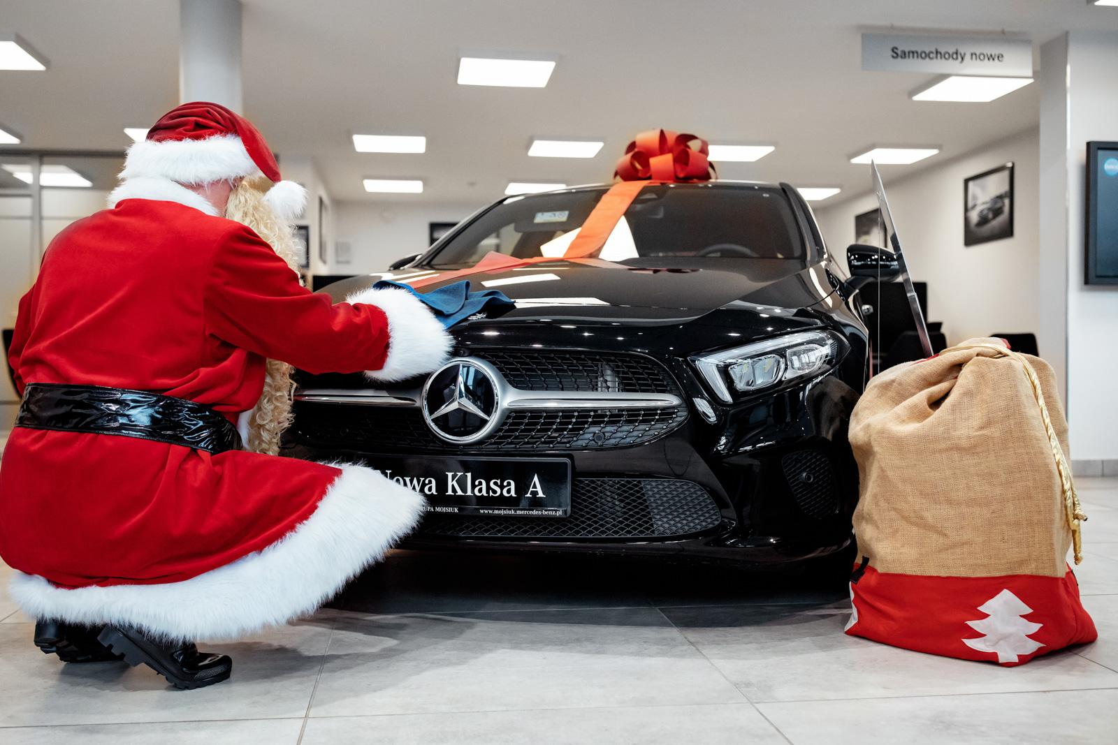 Przykładowo – za model Mercedes-Benz A 200, miesięczna rata leasingowa w programie Lease&Drive 1% dla przedsiębiorców wynosi 1554 zł netto (przy wpłacie wstępnej 5% wartości, okresie leasingu 36 m-cy i przebiegu rocznym 25 tys. km).