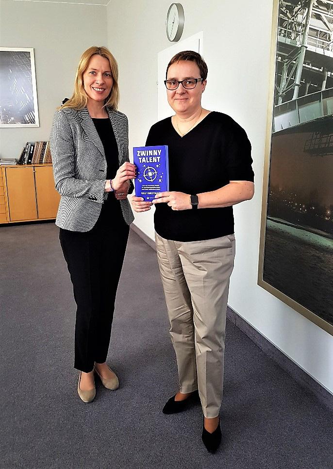CEO Siemens Dominika Bettman z egzemplarzem omawianej książki