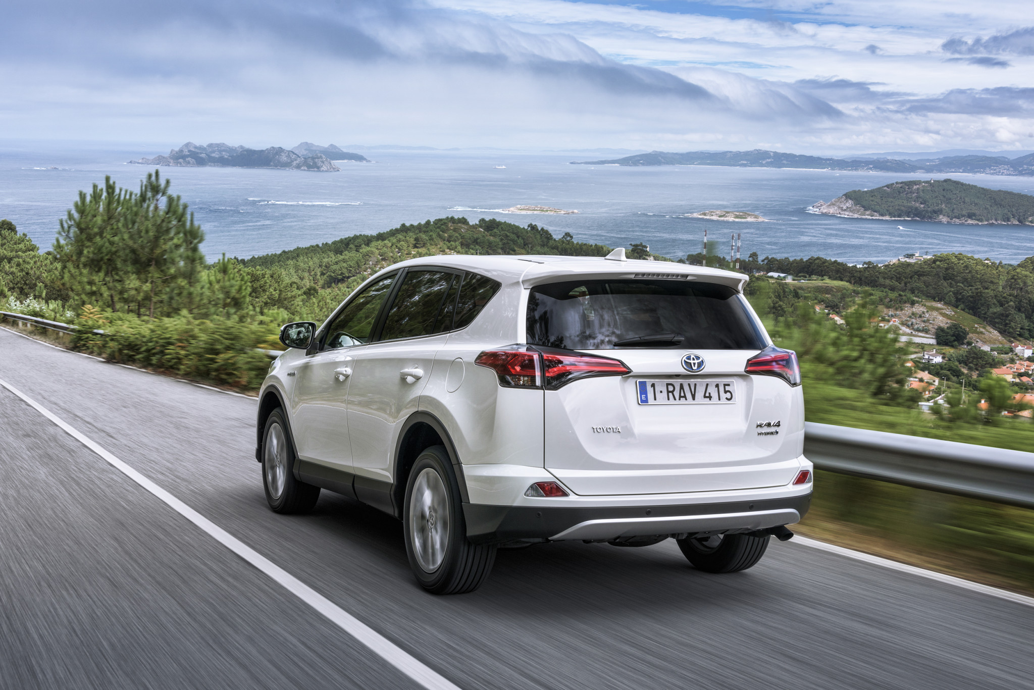 large_RAV4_Hybrid_06_Sept2015