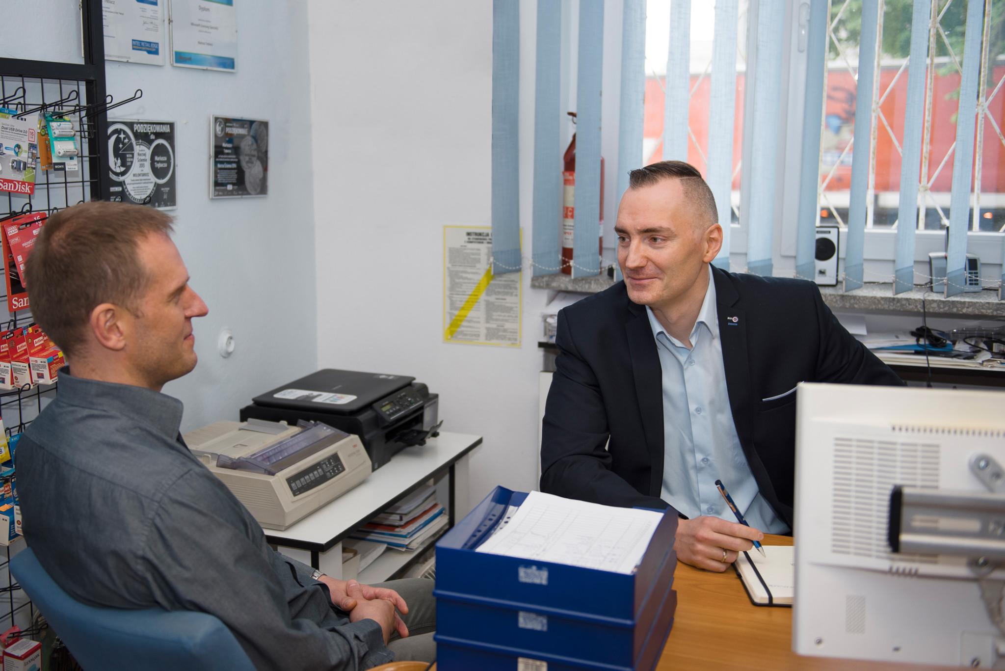 Dyrektor handlowy Mariusz Trębacz w rozmowie z klientem