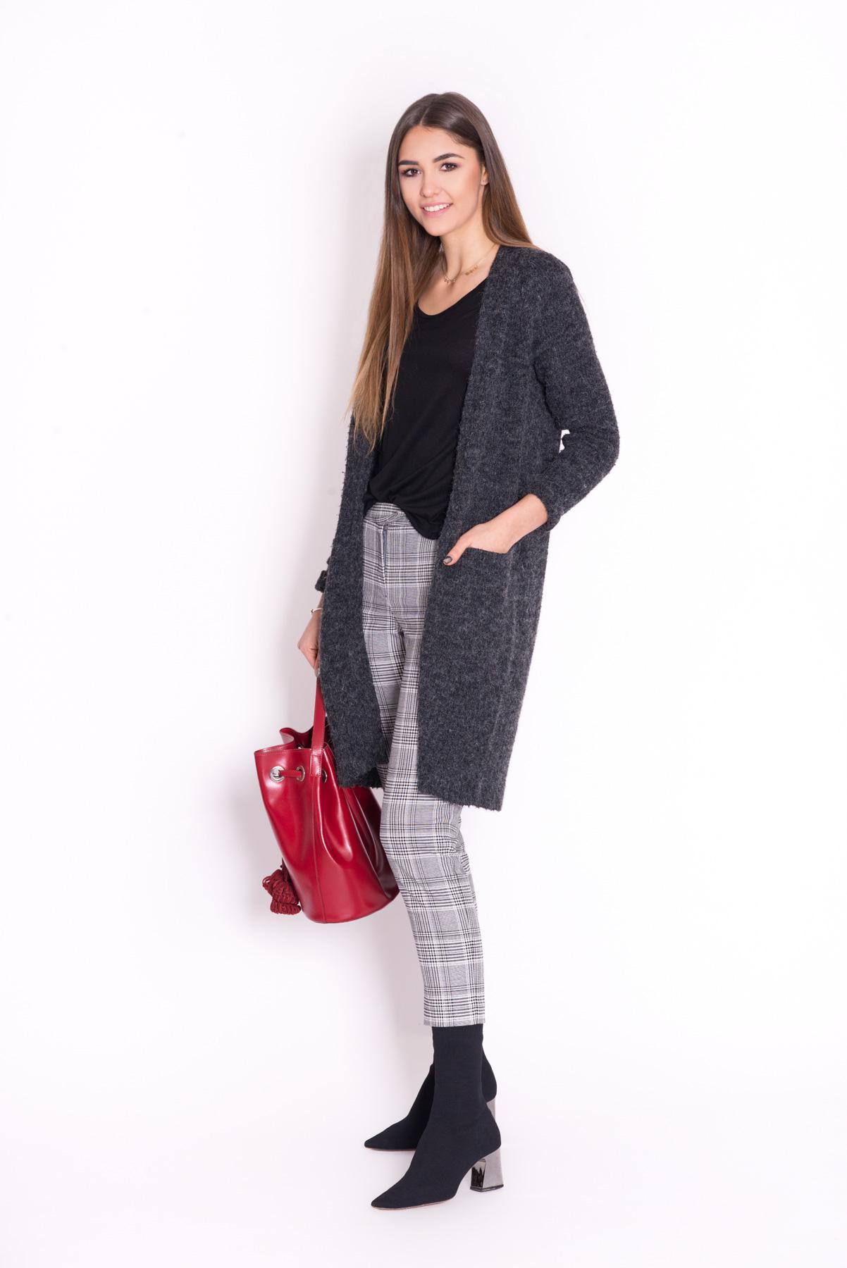 5. Długi kardigan to idealna propozycja dla aktywnej kobiety, która lubi wyglądać stylowo i czuć się komfortowo.