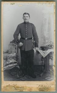 Zdjęcia wizytowe Ludwika Marciniaka wykonane w koszalińskim zakładzie Emila Ziemera przy Rynku – w wersji naturalnej oraz ręcznie pokolorowanej i werniksowanej.