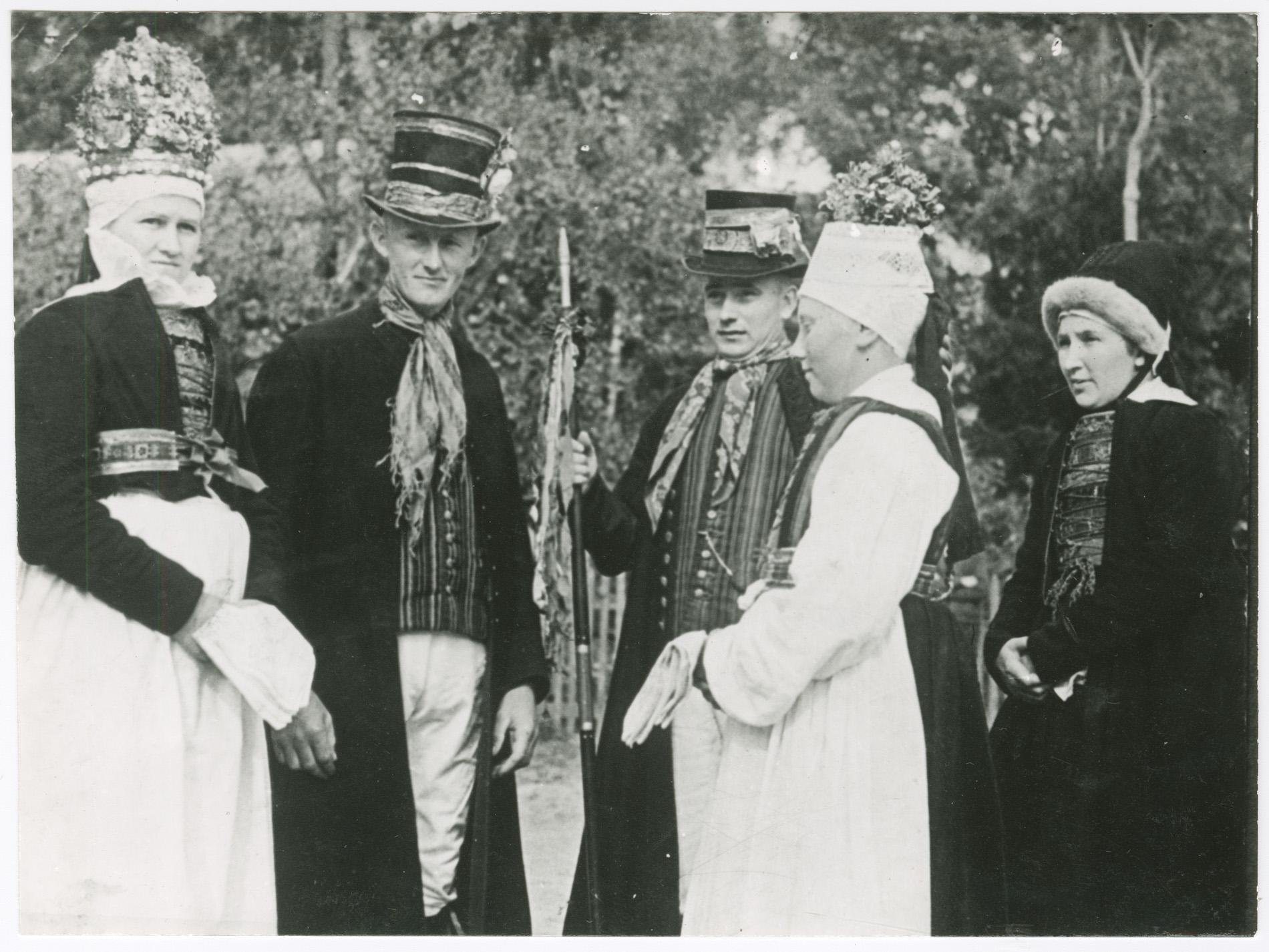 Wesele - stroje galowe dawnych mieszkańców Jamna. Zdjęcie z początku XX wieku