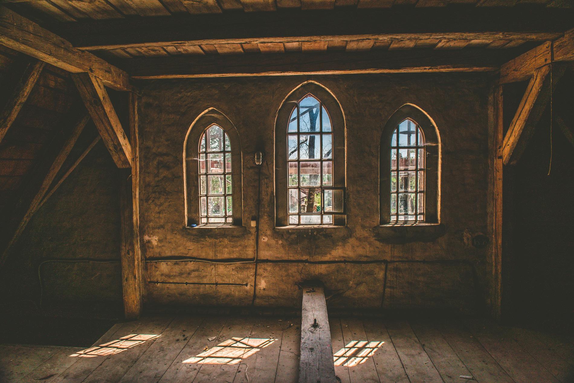 Wnętrze remontowanego kościoła w Jamnie