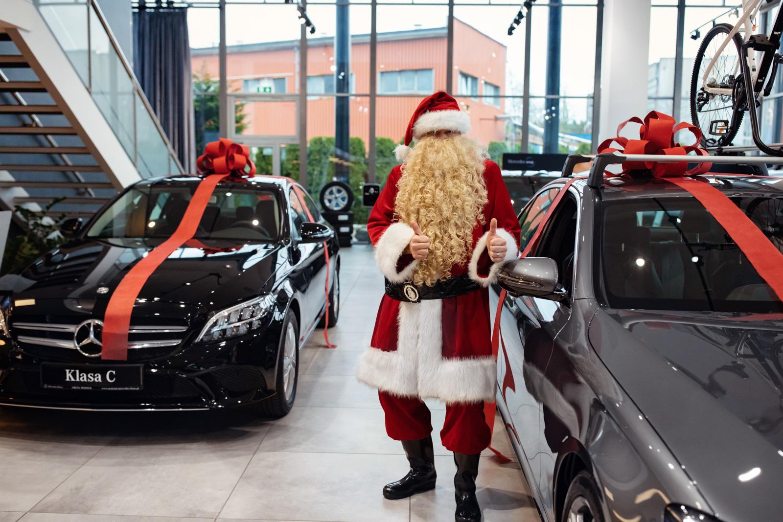 Przykładowo – za model Mercedes-Benz C 200 4M, miesięczna rata leasingowa w programie Lease&Drive 1% dla przedsiębiorców wynosi 2078 zł netto (przy wpłacie wstępnej 5% wartości, okresie leasingu 36 m-cy i przebiegu rocznym 25 tys. km).