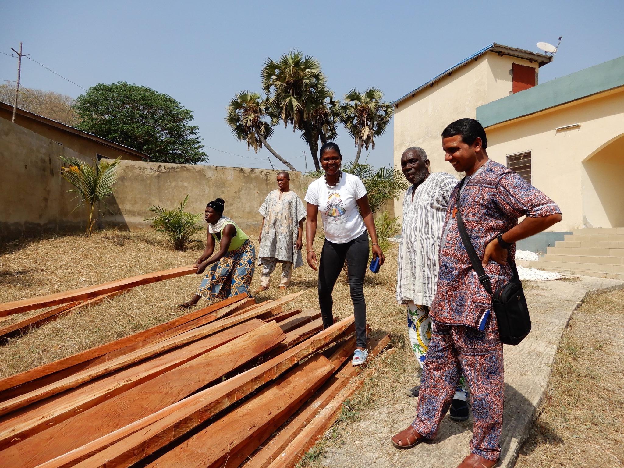 Drewno jest najdroższym z materiałów budowlanych. Dlatego to, które posłużyło za więźbę dachową nowego budynku, było przechowywane w otoczonej murem posesji należącej zamożnego mieszkańca Bassar. Pierwszy z prawej stoi hinduski duchowny, który z ramienia zgromadzenia księży werbistów doglądał budowy.