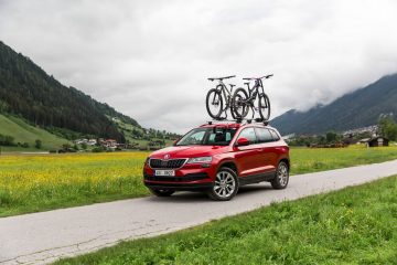 skoda-karoq-miss-peaches-cycling-paragliding