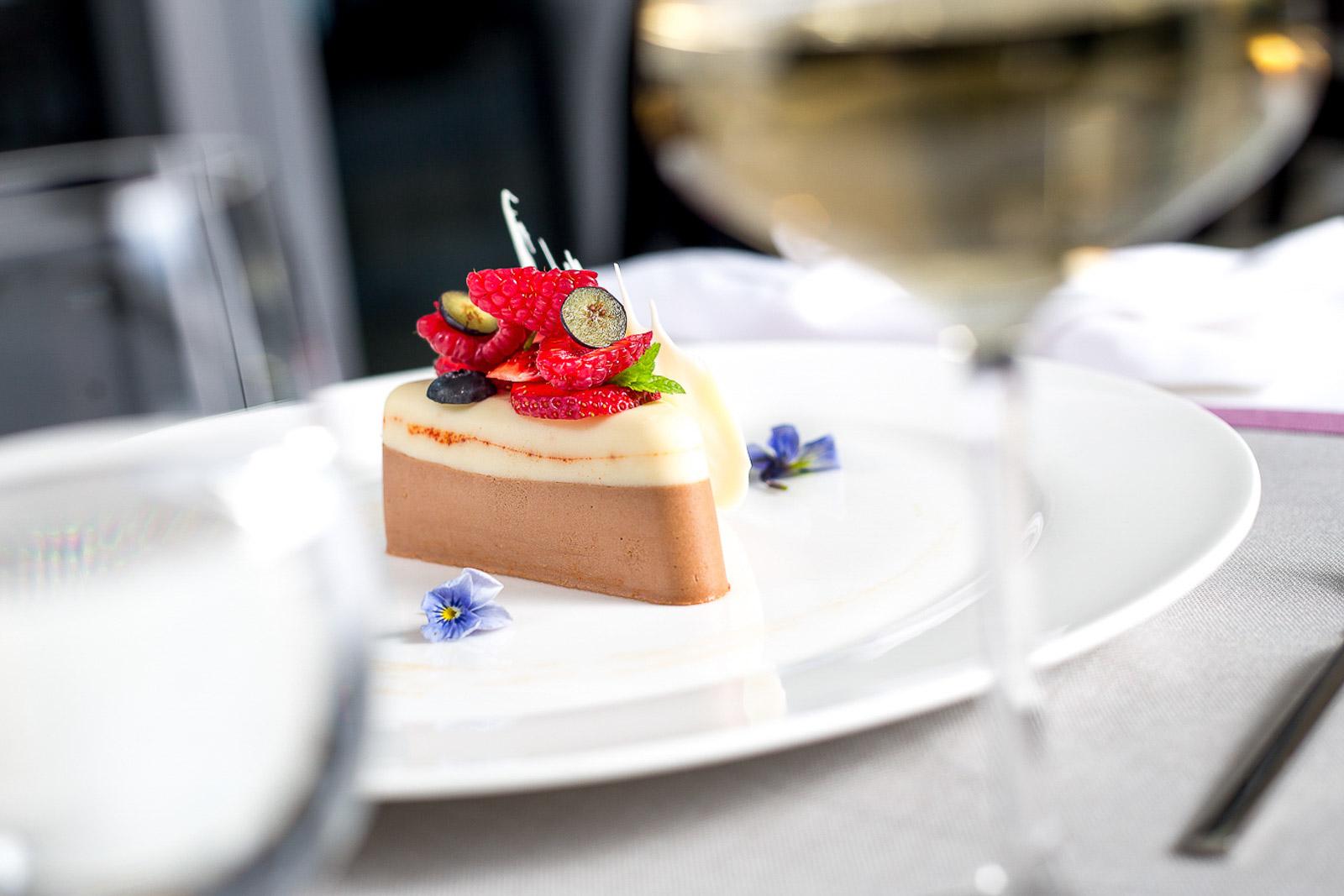 Sand Hotel-Restauracja Sandacz - czekoladowy sernik na zimno z musem z rokitnika