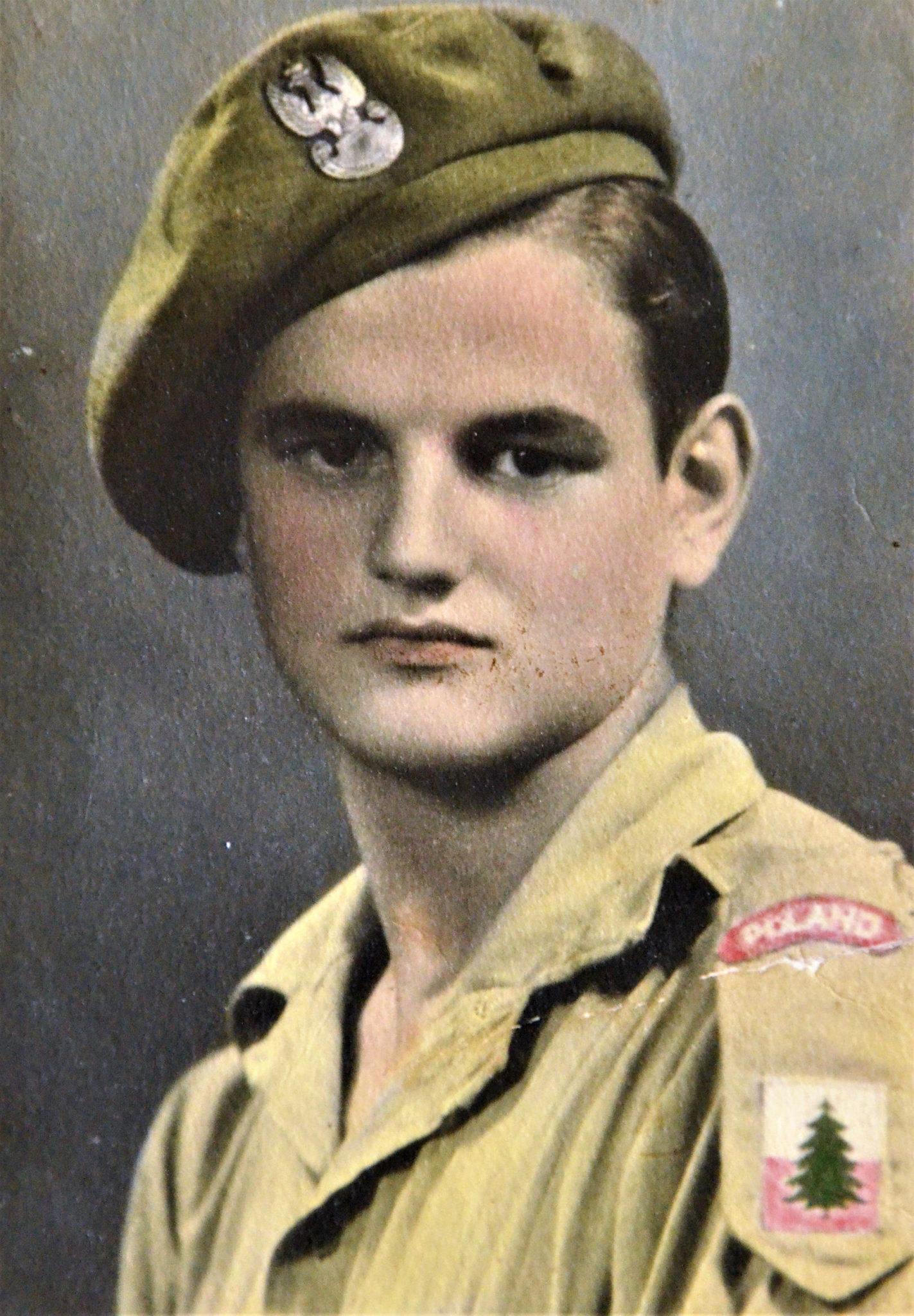 """Edward Dróbka, do roku 1946 żołnierz Andersa. Zdjęcie zrobiono w 1945 we Włoszech. Na odwrocie wykaligrafował czarnym atramentem: """"Kochanej rodzinie przesyłam swą podobiznę"""". Od ponad 70 lat londyńczyk."""