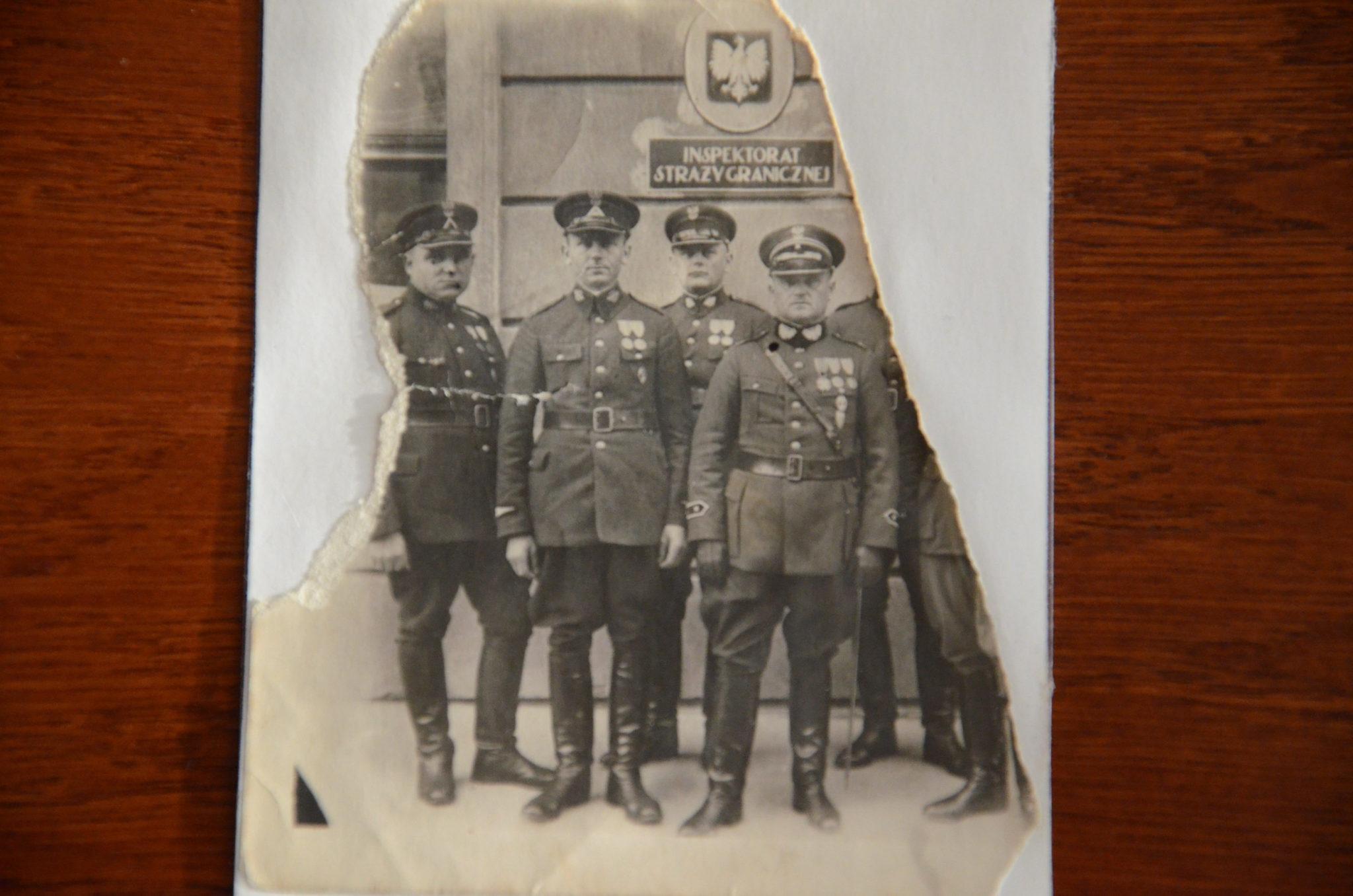 Z tyłu Józef Dróbka, ojciec Edwarda (londyńczyka). Zdjęcie zrobiono w 1932 przed placówką w Chojnicach. Rosjanie zamordowali pogranicznika w wieku 45 lat w Kalininie (obecnie Twer) i zasypali w zbiorowym grobie w Miednym.