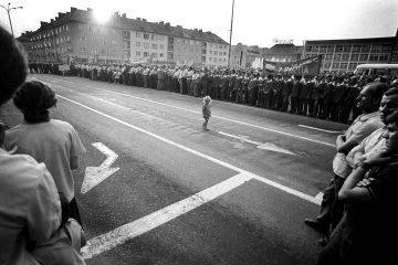 QUO VADIS, zdjęcie Zdzisława Pacholskiego, które stało się inspiracją do reportażu Dziewczynka z billboardu