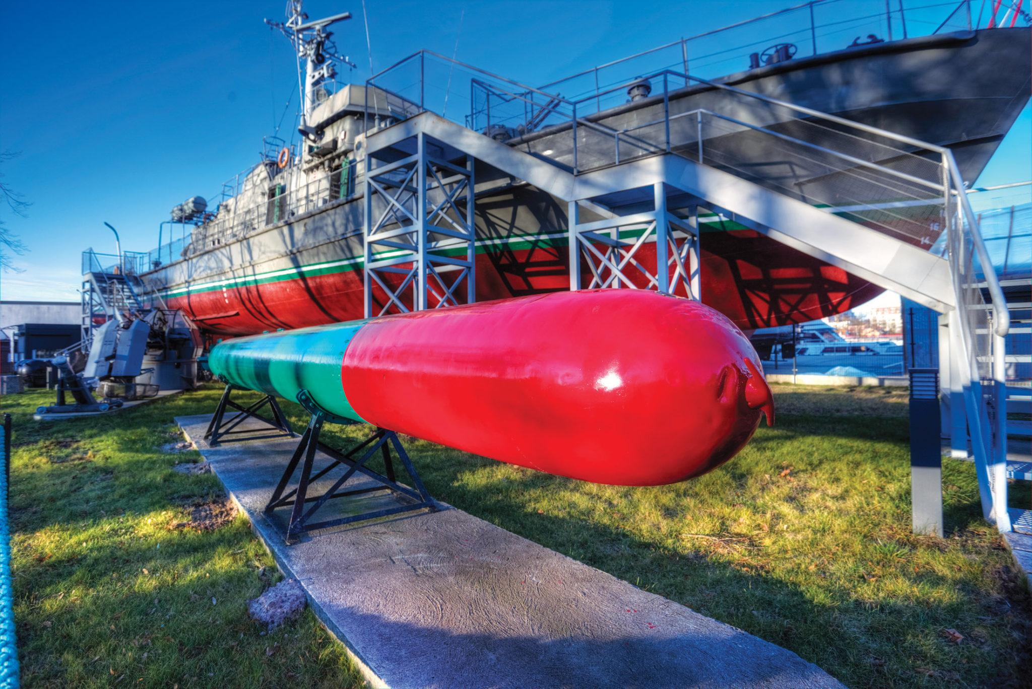 Uwagę zwiedzających Skansen zwracają między innymi oryginalne torpedy (Fot. A. Rutkowski/Archiwum MOP w Kołobrzegu).