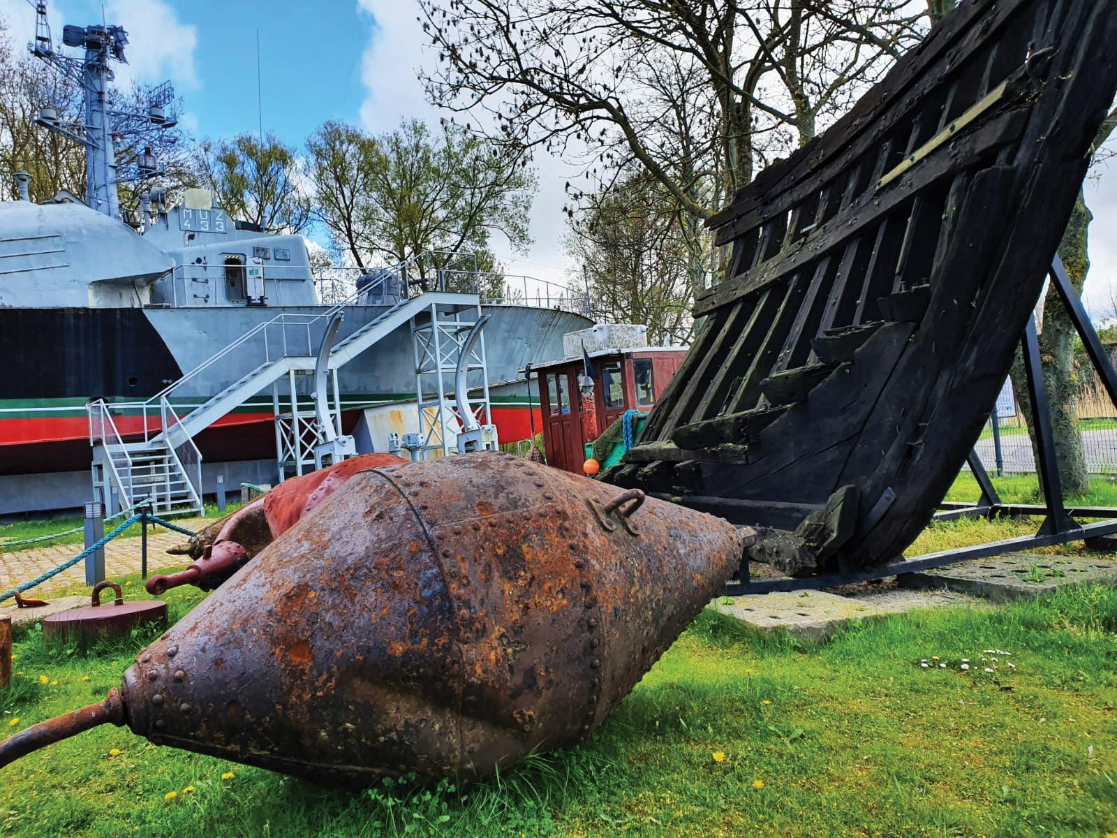 Jedna z zabytkowych, nitowanych boi, pozyskana dla Skansenu dzięki współpracy z Urzędem Morskim w Szczecinie (Fot. Łukasz Gładysiak).