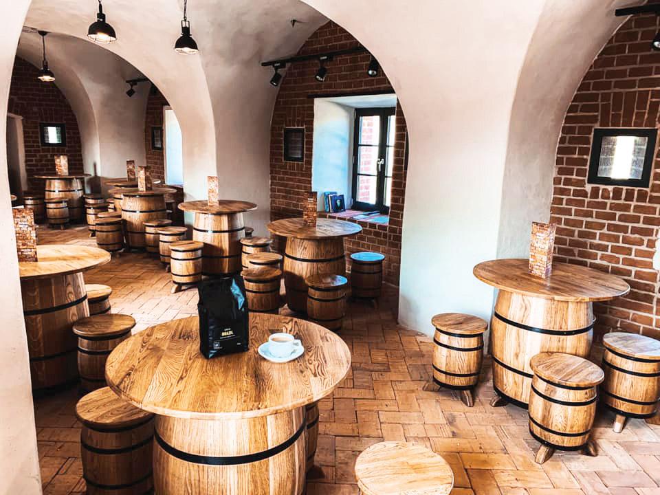 W środku obiektu powstała popularna tawerna nie tylko dla żeglarzy (Fot. Archiwum Zarządu Portu Morskiego Kołobrzeg).