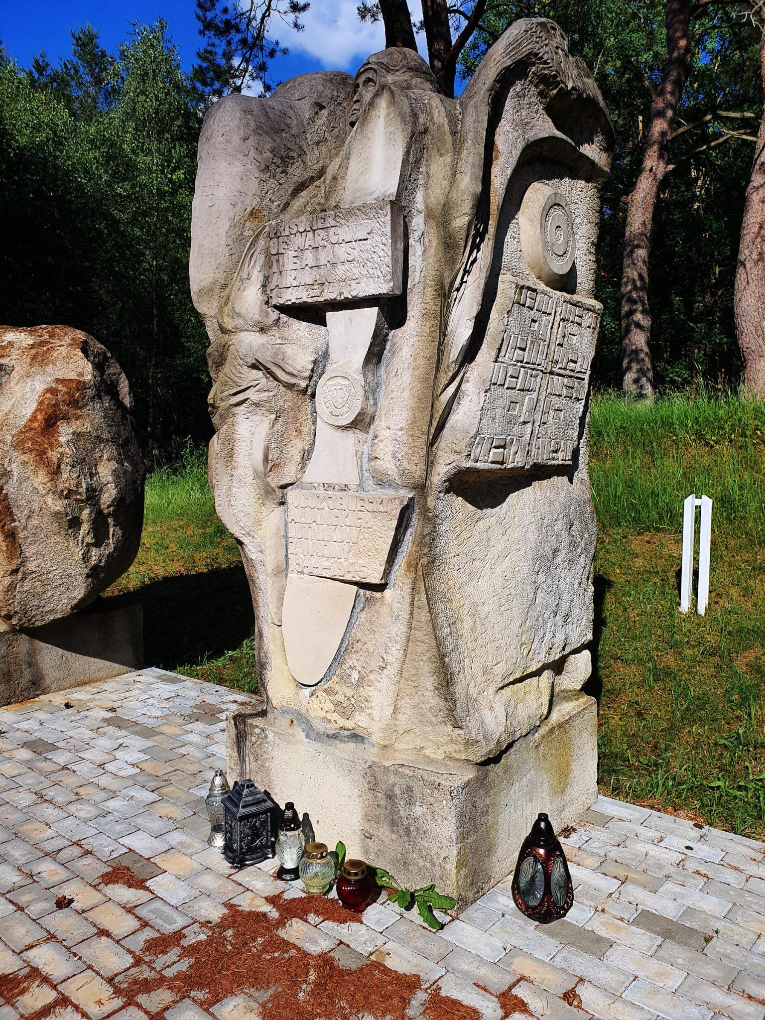Znajdujący się na terenie obozu pomnik, odsłonięty w 1992 r. to dzieło koszalińskiego artysty, Zygmunta Wujka (Fot. Ł. Gładysiak).