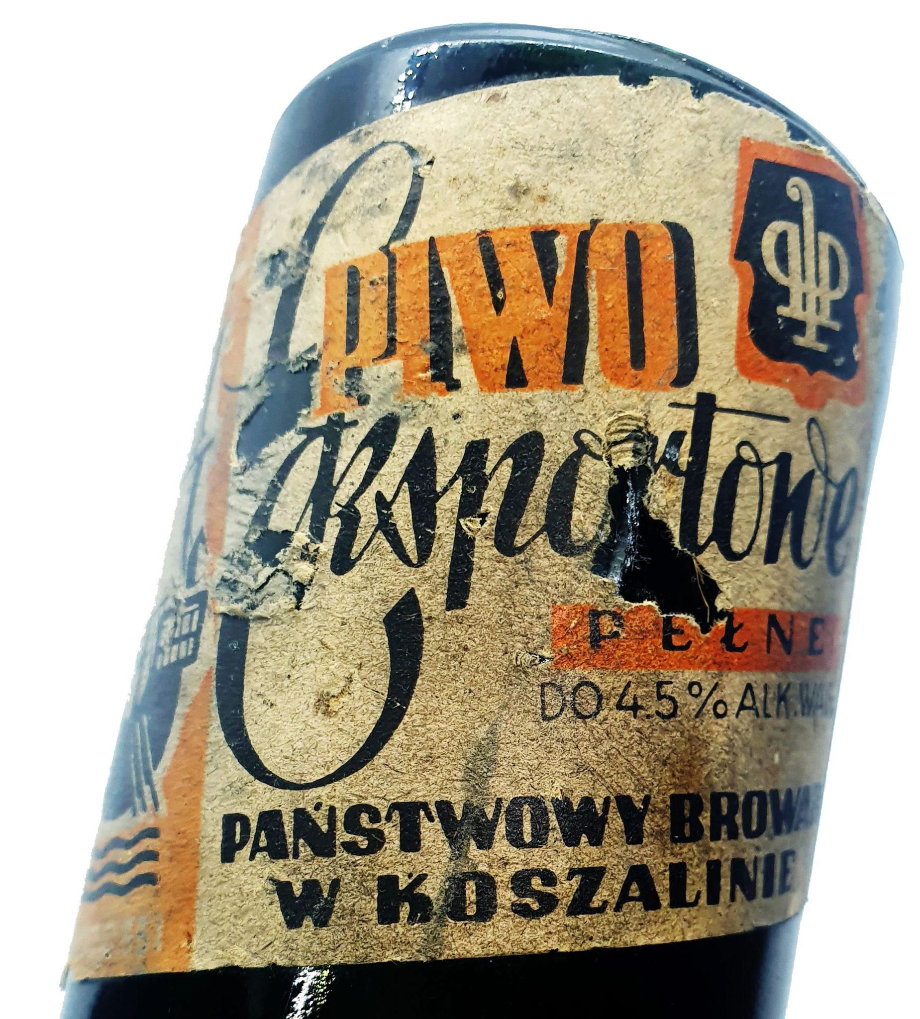 Na etykiecie zachowało się oznaczenie wytwórcy piwa – Państwowego Browaru w Koszalinie (Zbiory Studio Historycznego Huzar).