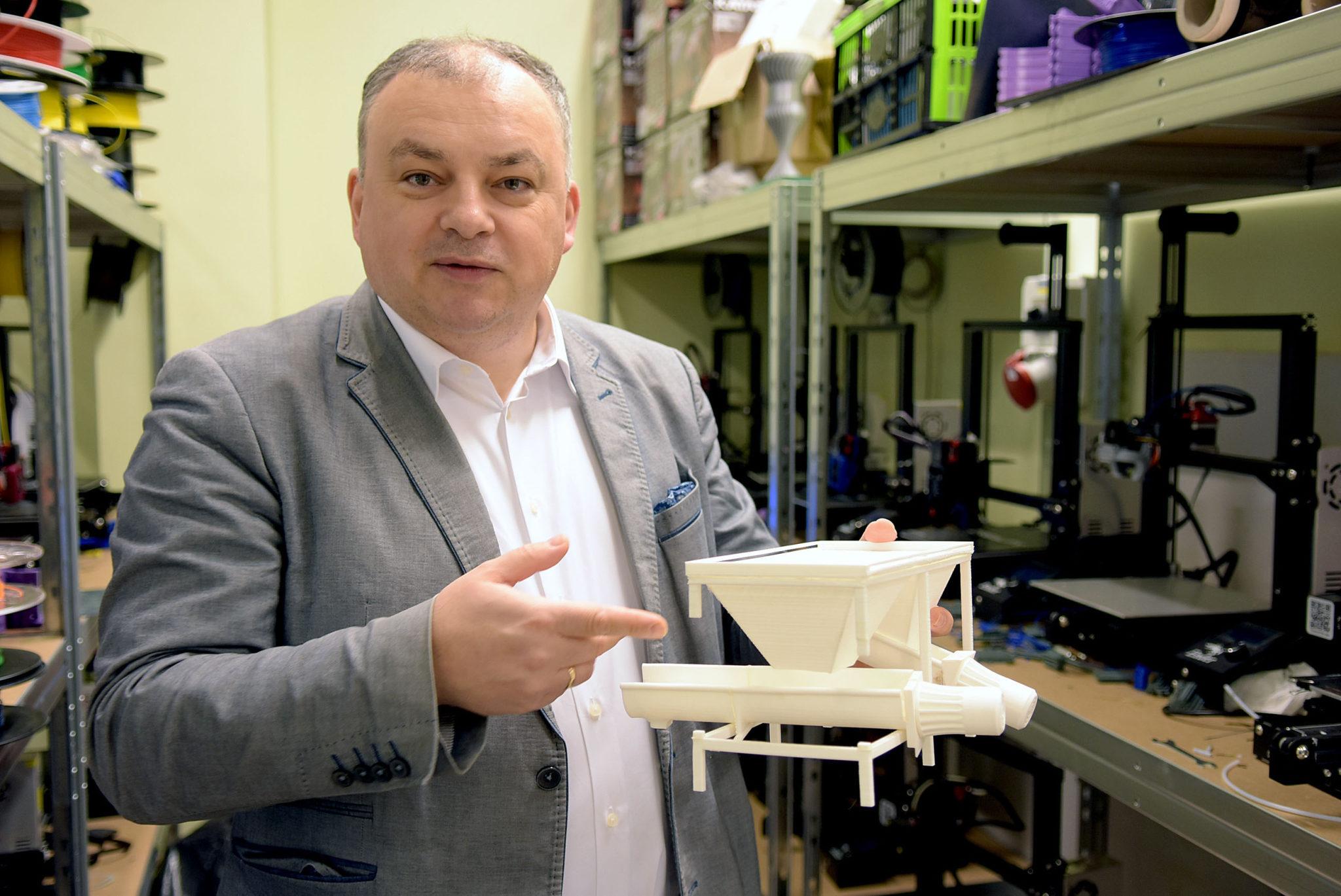 Prof. Tomasz Królikowski, prorektor ds. studentów jest również koordynatorem Centrum Druku 3D Wydziału Mechanicznego.